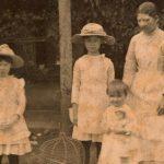 De la institutriz a la babysitter bilingüe. Un paseo entre la ficción y la historia