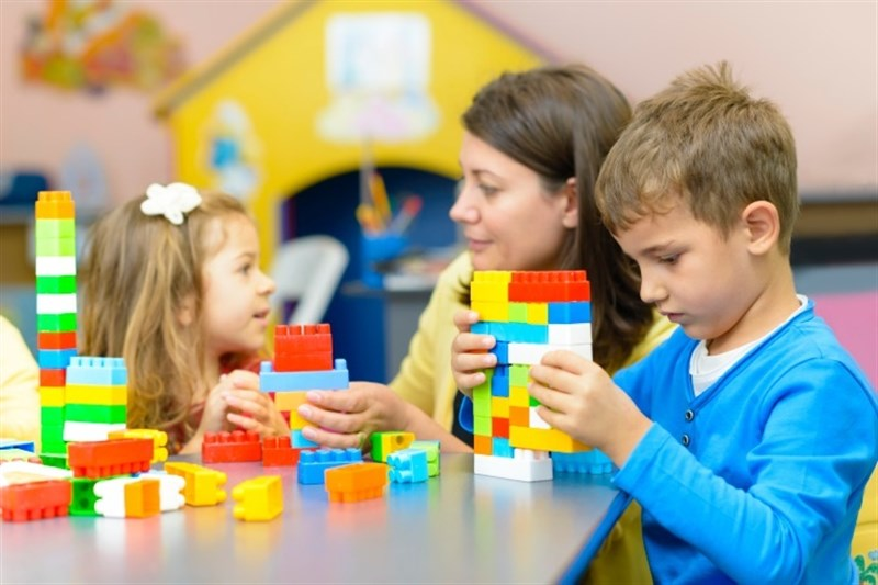 Jugar y aprender inglés con niñeras